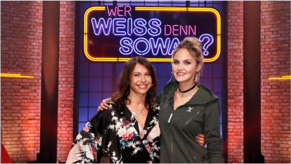 "Elena Carrière bei ""Wer Weiss Denn Sowas?"" im Onepiece Air Jumpsuit"
